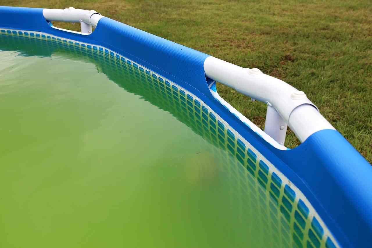Pool Wasser gekippt